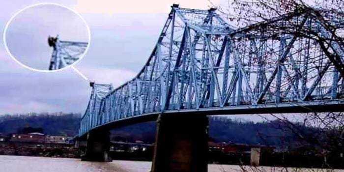 Человек-мотылёк на мосту