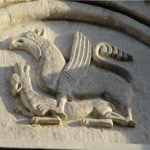 Изображение грифона на стене храма