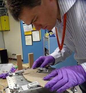 Ученый изучает окаменелость